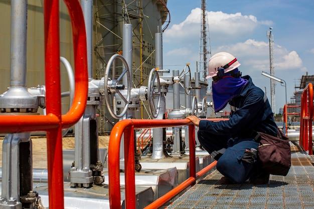 Männliche arbeiterinspektion visuelle rohrleitung und ventilrohr-dampfgasleitung
