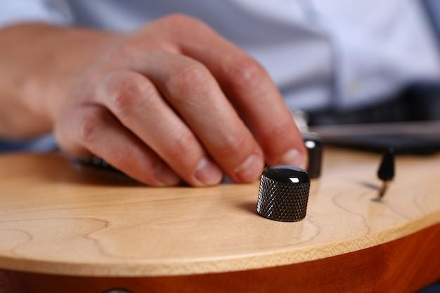 Männliche arme spielen klassische form e-gitarre