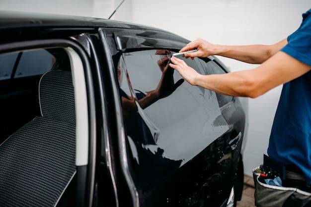 Männliche autoverpackung mit klinge, autotönungsfilm-installationsprozess, getöntes autoglas-installationsverfahren