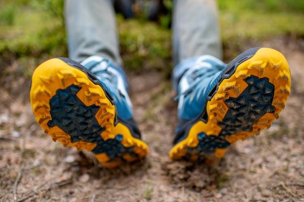 Männliche beine, die sportive wanderschuhe tragen. herrenbeine in trekkingstiefeln für outdoor-aktivitäten