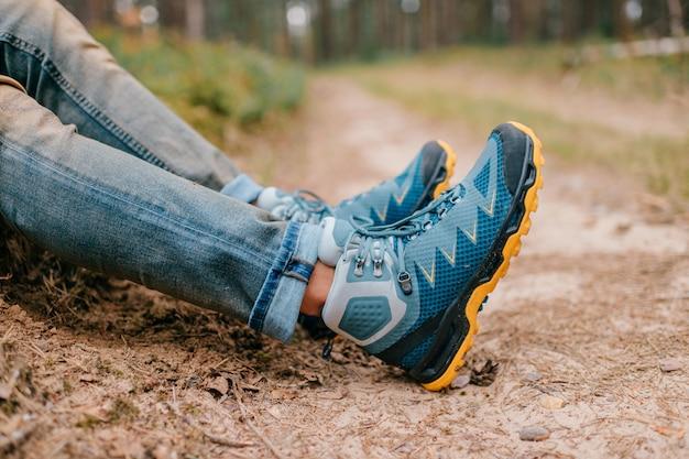Männliche beine, die sportive wanderschuhe tragen. herrenbeine in trekkingstiefeln für outdoor-aktivitäten.