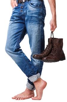 Männliche beine und lederstiefel
