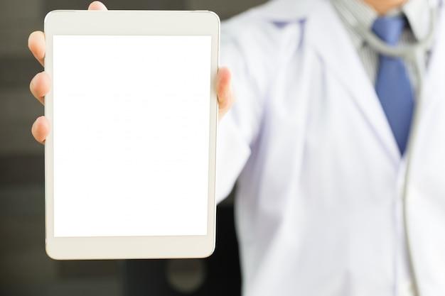 Männliche doktorhände, die tabletten-pc halten