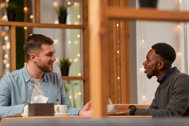 Männliche freunde, die am restaurant sich treffen