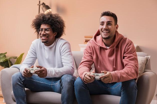 Männliche freunde zu hause, die spiele spielen