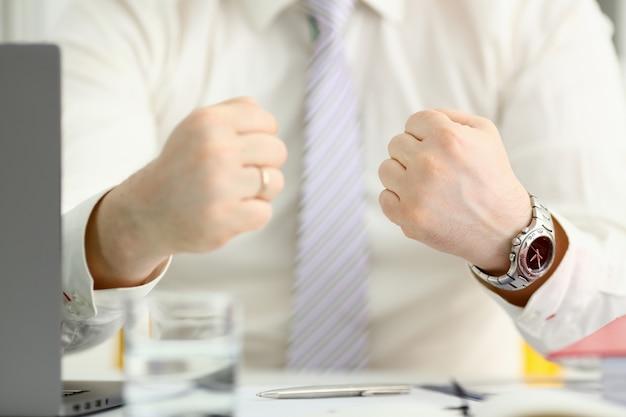 Männliche geballte faust im anzug im büro