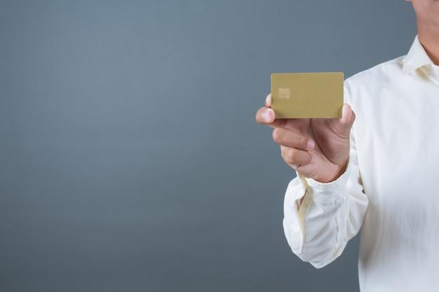Männliche geschäftsmänner, die banknoten halten, bargeld machen gesten mit gebärdensprache