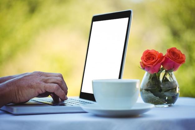 Männliche hände, die auf einem laptop schreiben