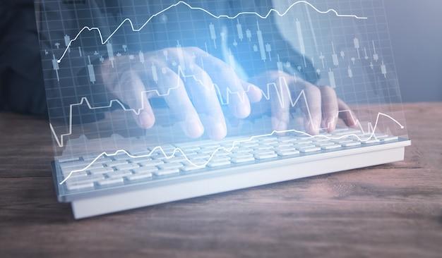 Männliche hände, die computertastatur eingeben. investitionsdiagramm. internet technologie. finanzkonzept