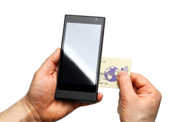 Männliche hände, die drahtloses pos terminal und bankkarte halten
