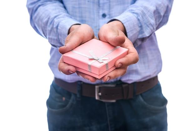 Männliche hände, die geschenkbox nah halten