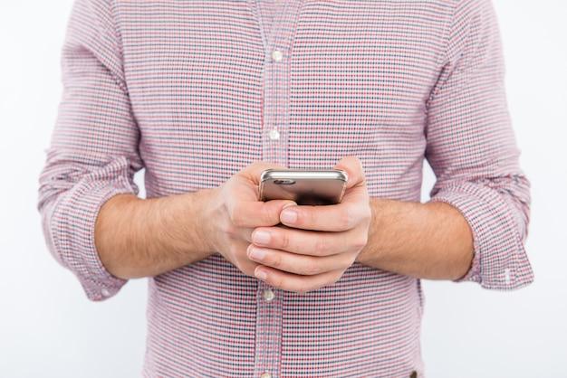 Männliche hände, die nachricht auf smartphone schreiben