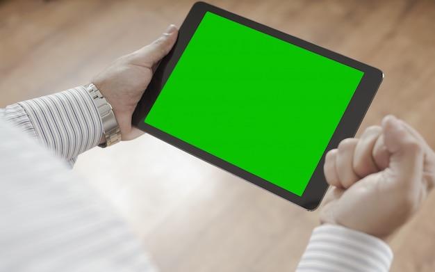 Männliche hände, die tablette mit grünem bildschirm halten - erfolgskonzeptmann feiert das gewinnen