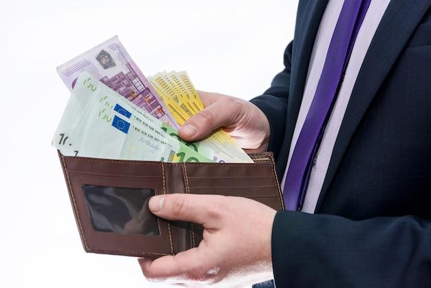 Männliche hände mit brieftasche lokalisiert auf weißer wand