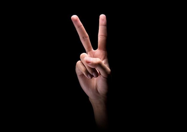 Männliche hände mit zeichen mit zwei fingern oder friedensgeste