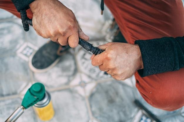 Männliche hände verbinden den bewässerungsschlauch