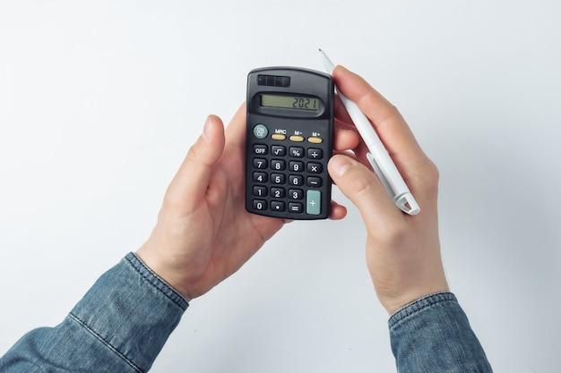Männliche hände zählen auf einem taschenrechner