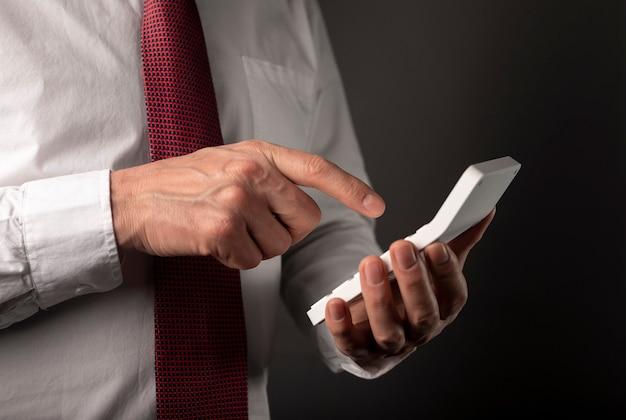 Männliche hand des geschäftsmannes, der rechner hält