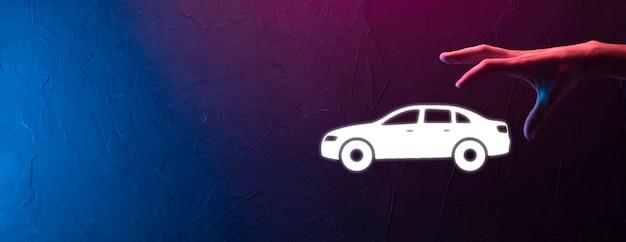 Männliche hand, die auto-auto-symbol auf blauem hintergrund hält. breite banner-zusammensetzung. konzepte für kfz-versicherung und aufhebung von kollisionsschäden. neon-banner mit kopienraum, platz für text
