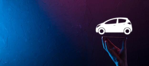 Männliche hand, die auto-auto-symbol auf neonrotem blauem hintergrund hält. breite banner-zusammensetzung. konzepte für kfz-versicherung und verzicht auf kollisionsschäden
