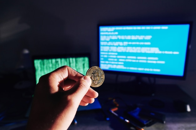 Männliche hand, die bitcoin hält