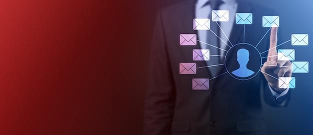 Männliche hand, die briefsymbol, e-mail-symbole hält. kontaktieren sie uns per newsletter-e-mail und schützen sie ihre persönlichen daten vor spam-mails. kundendienst-callcenter kontaktieren sie uns.e-mail-marketing und newsletter
