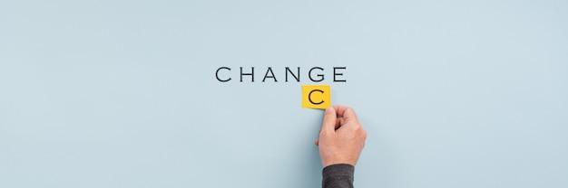 Männliche hand, die das wort ändern in zufall ändert