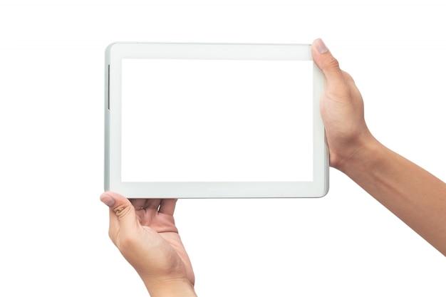 Männliche hand, die den weißen tabletten-pc-computer mit dem leeren bildschirm lokalisiert auf weißem hintergrund mit beschneidungspfad hält.