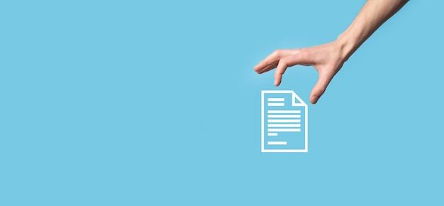 Männliche hand, die ein dokumentikone auf blauem hintergrund hält. dokumentenmanagement-datensystem business internet technology concept. unternehmensdatenmanagementsystem dms.