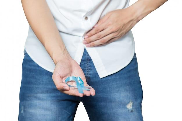 Männliche hand, die ein hellblaues band mit prostatakrebs hält