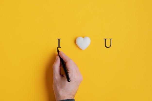 Männliche hand, die ein ich liebe dich zeichen schreibt