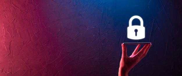 Männliche hand, die ein schloss-symbol hält. cyber-sicherheitsnetzwerk. internet-technologievernetzung. schutz persönlicher daten auf tablet. datenschutzkonzept. dsgvo. eu.banner.