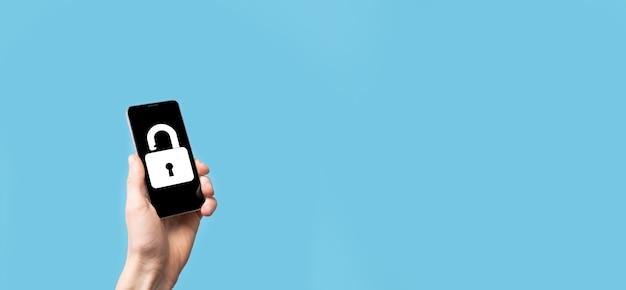 Männliche hand, die ein schloss-symbol hält. cyber-sicherheitsnetzwerk. internet-technologievernetzung. schutz persönlicher daten auf tablet. datenschutzkonzept. dsgvo. eu.banner