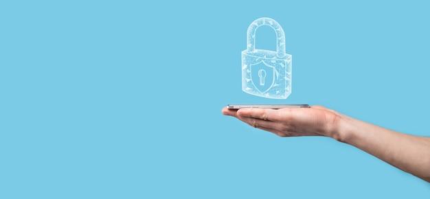 Männliche hand, die ein schloss-vorhängeschloss-symbol hält. cyber-sicherheitsnetzwerk. internet-technologie-netzwerk. schutz persönlicher daten auf dem tablet. datenschutzkonzept. dsgvo. eu.banner.