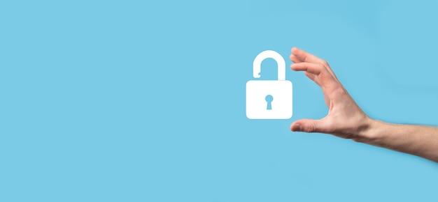 Männliche hand, die ein schloss-vorhängeschloss-symbol hält. cyber-sicherheitsnetzwerk.