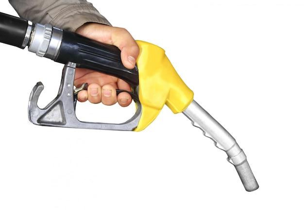 Männliche hand, die gaspumpe lokalisiert hält