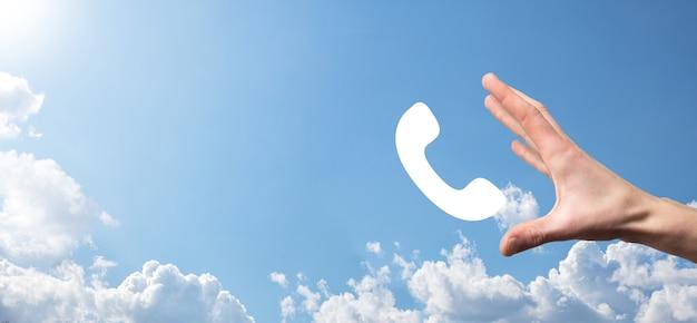 Männliche hand, die intelligentes mobiltelefon mit telefonsymbol hält
