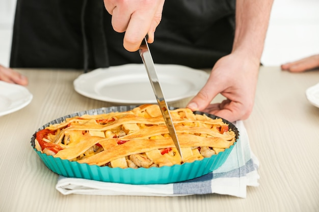 Männliche hand, die leckeren kuchen, nahaufnahme schneidet