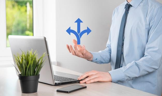 Männliche hand, die symbol mit drei richtungen hält. zweifel, zwischen drei verschiedenen wählen zu müssen