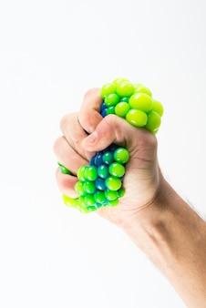 Männliche hand drückte stress ball