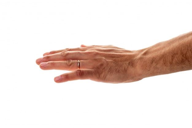 Männliche hand mit einem ehering, der eine geste des schutzes und des streichens zeigt