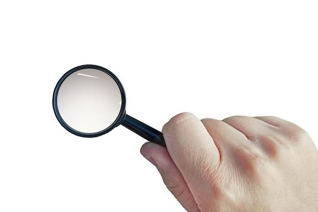 Männliche hand mit einer lupe auf einem weißen hintergrund. ausschnittlupe in der hand des mannes. der mensch verwendet eine lupe, um ein objekt zu vergrößern. konzept der suche nach informationen. detektivische ermittlungen.