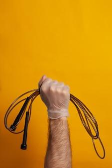Männliche hand mit springseil