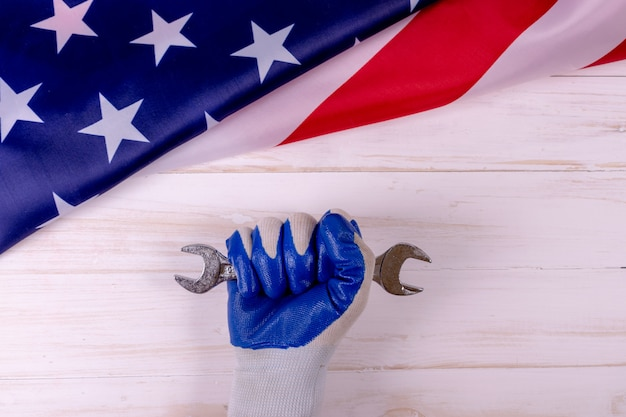 Männliche handarbeitskraft, die schlüssel hält