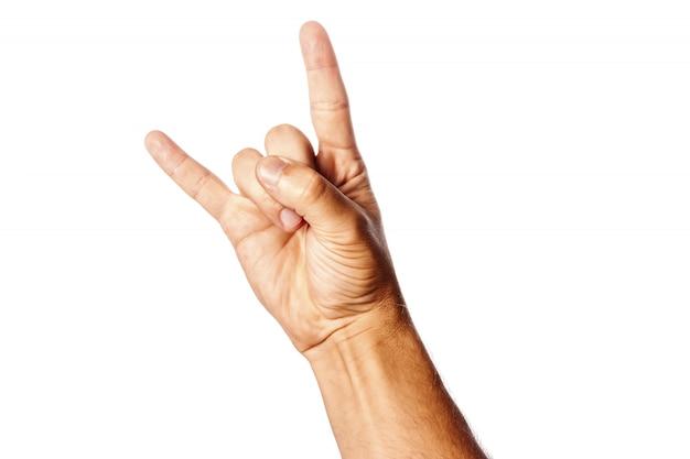Männliche handnahaufnahme auf einem weiß zeigt handzeichen. rock 'n' roll. isolieren.