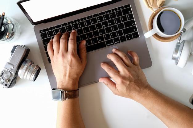 Männliche haube, die mit laptop arbeitet