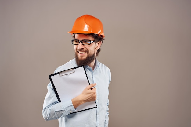 Männliche ingenieurdokumente in der hand und zeichnungserfolg isolierter hintergrund