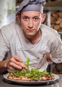 Männliche köche bereiten köstliche vorspeise vor. speise- und getränkekonzept