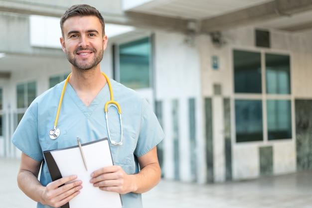 Männliche krankenschwester mit stethoskop