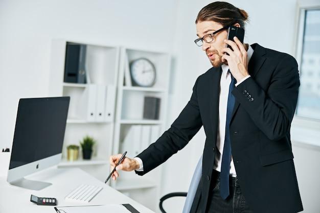 Männliche managerdokumente in der handkommunikation per telefon-lifestyle